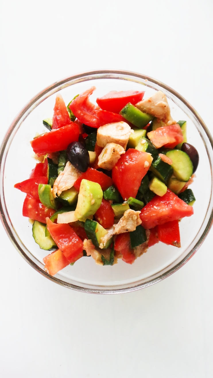 This tomato avocado and chicken salad makes a great healthy lunch that is easy and quick! This easy low-carb and paleo lunch recipe is great if you're eating clean, but even if you're not you'll enjoy this healthy chicken salad during summer as it's so refreshing, full of flavor and filling!