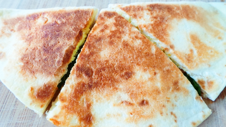 Mediterranean Breakfast Quesadilla - an easy and healthy breakfast recipe you can make in about 10 minutes with basic, easy to find ingredients. This quesadilla recipe is also perfect for lunch and can be eaten on the go. | clean eating recipes | clean eating breakfast recipes