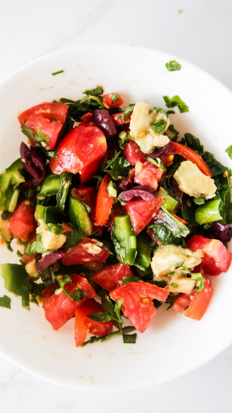 A quick and easy healthy vegetable recipe! This is a delicious Mediterranean-style avocado tomato salsa with arugula and basil! Great healthy side dish with any meal during the day!