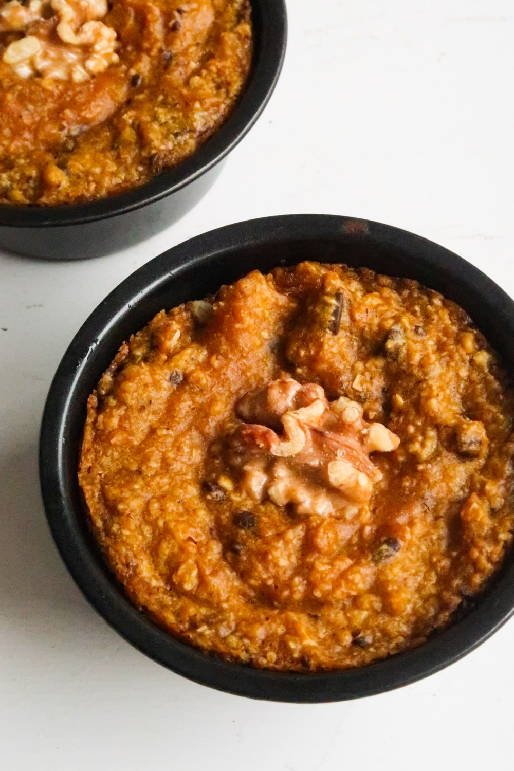 Need an effortless healthy vegan breakfast idea? These easy vegan pumpkin baked oats are delicious and can bake themselves while you're getting ready in the morning!