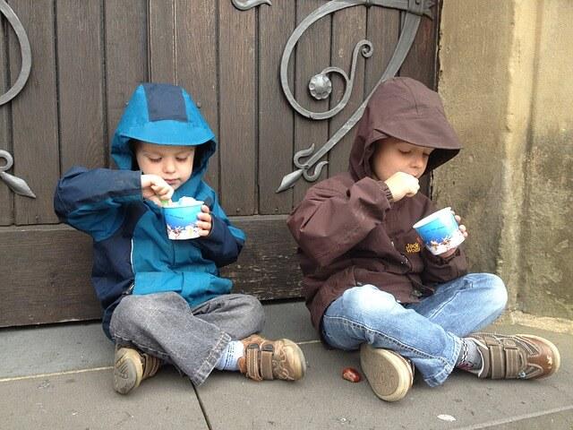 children-eating-yoghurt