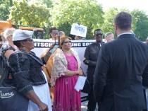 """Delegation aus Namibia, Übergabe der Unterzeichnerliste des Appells """"Völkermord ist Völkermord"""" in Berlin vor dem Sitz des Bundespräsidenten, 6.7.2015 (Foto: A. Bohne)"""