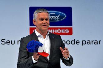 Lyle Watters, presidente da Ford América do Sul, apresenta o Boné Alerta