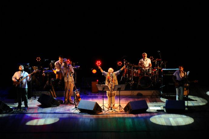 Cátia de França faz show no Sesc Rio Preto