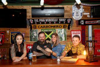 Time do La Cancha FC, o pub que respira futebol (Foto: Ricardo Boni)