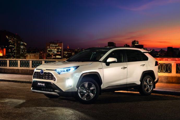 A 5ª geração do Toyota Novo RAV4 começa a ser vendida no dia 13 de junho. A novidade é que o SUV chega ao Brasil com motorização exclusivamente híbrida.
