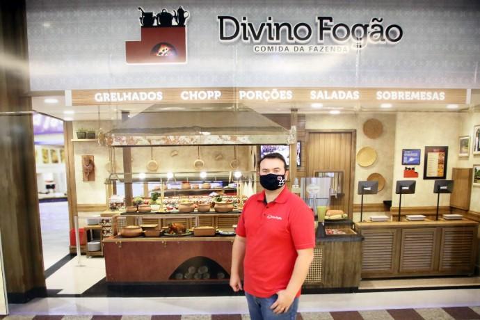 Proprietário prepara novidades no Divino Fogão (Foto: Ricardo Boni)