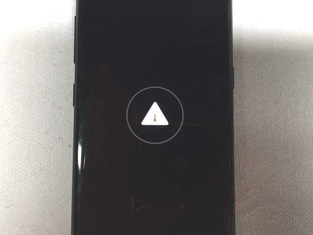 Зарядка при выключенном смартфоне Galaxy S8 тоже не производится, показывая на экране восклицательный знак в треугольнике.
