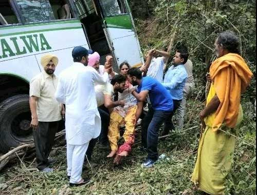 कांगड़ा के ढलियारा में बस खाई में गिरने से 10 की मौत