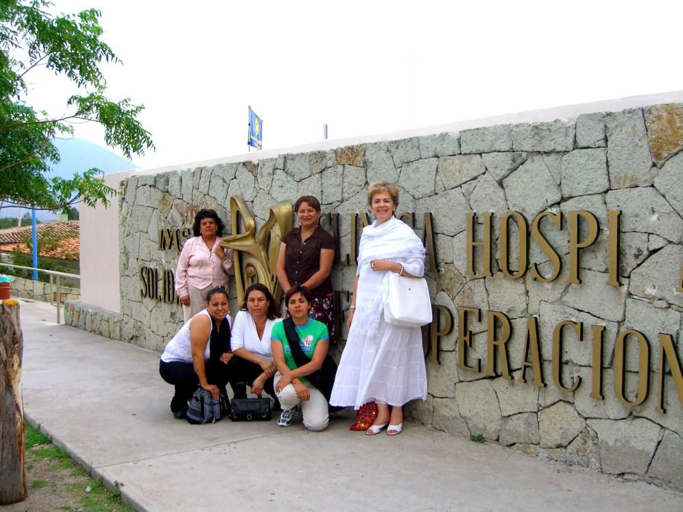grupo frente hospital Tlacolula Oaxaca 2006 080