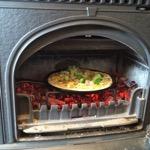 薪ストーブで焼くピザのデモンストレーション
