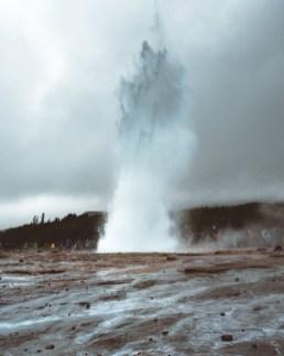 Strokkur at Geysir Erupting   Hidden Iceland   Photo by Daniel Guindo Amezcua