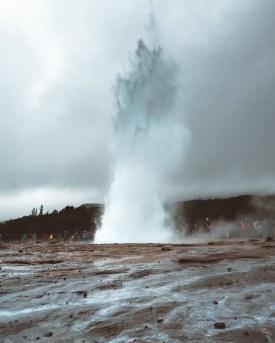 Strokkur at Geysir Erupting | Golden Circle: Platinum Tour | Hidden Iceland | Photo by Daniel Guindo Amezcua