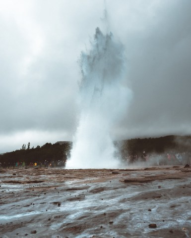 Strokkur at Geysir Erupting | Hidden Iceland | Photo by Daniel Guindo Amezcua