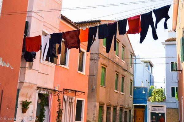 Bunte Wäsche in einer Gasse von Burano