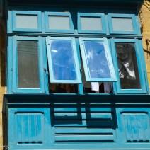 Hellblauer Erker auf Maltaangspiel in Valletta