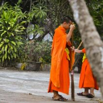 Mönch beim Fegen