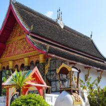 Schönes Wat in einem Dorf nicht weit von Luang Prabang