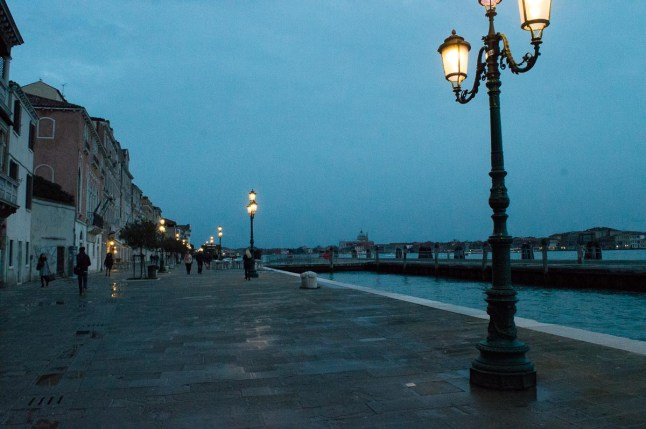Blue hour in Venedig mit Laternen