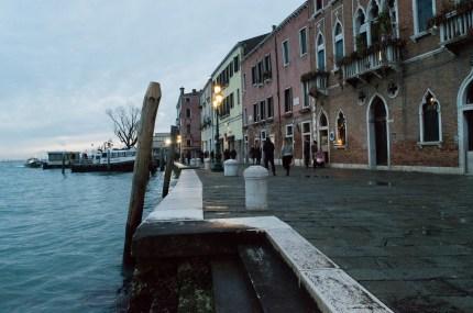 Ein Spaziergang in der Blue Hour in Dorsoduro in Venedig