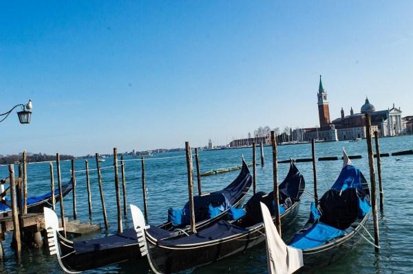 Gondeln im Winter in Venedig