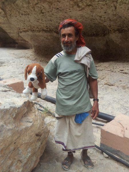 """Mann mit dem """"lieben Hund"""" im Oman"""