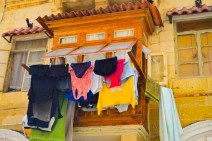 Light brown oriel with laundry in Valletta