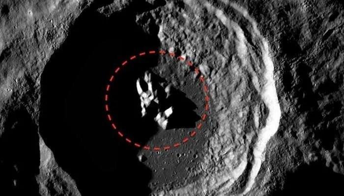 Много необичаен обект е забелязан в кратер на повърхността на Луната