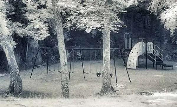 Паранормална активност на детска площадка до гробищен парк