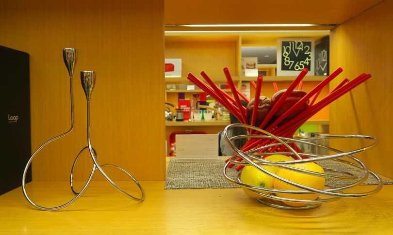 Except for the candleholder, there's also a fruit bowl, a cake stand, a table lamp and a vase in the Loop series!