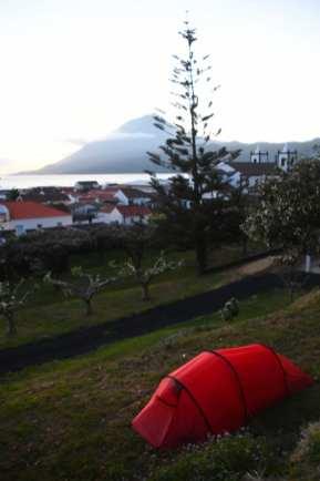 Rotes Zelt mit Stadt, Meer und Berg