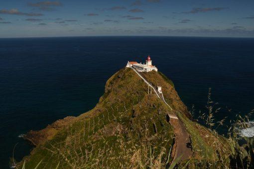 Leuchtturm auf einem Fels über dem Meer