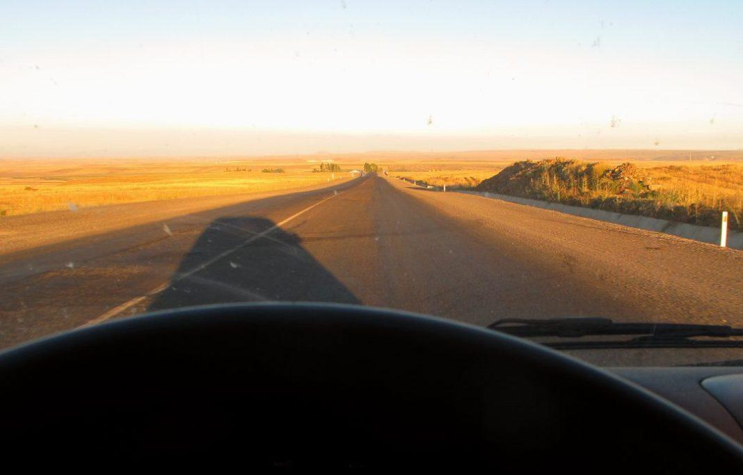 Blick aus Auto auf karge Weite