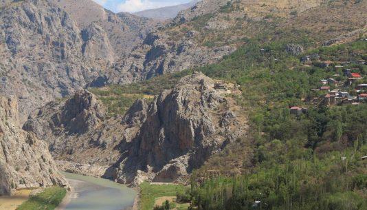 Fluss und Dorf am Hang