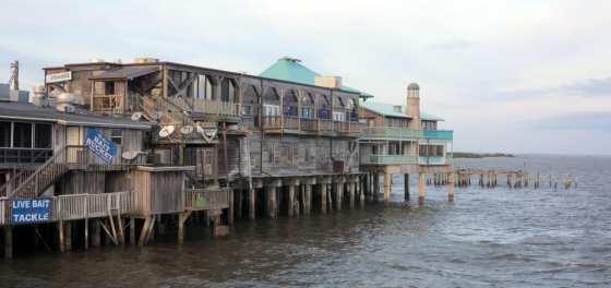 Holzpfahlbauten im Wasser