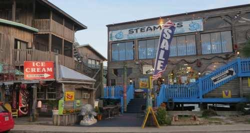 Holzbauten mit Fischverkauf