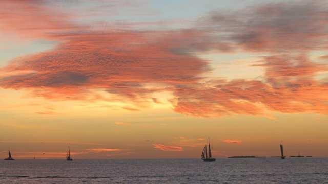 Sonnenuntergang am Meer mit Segelyachten