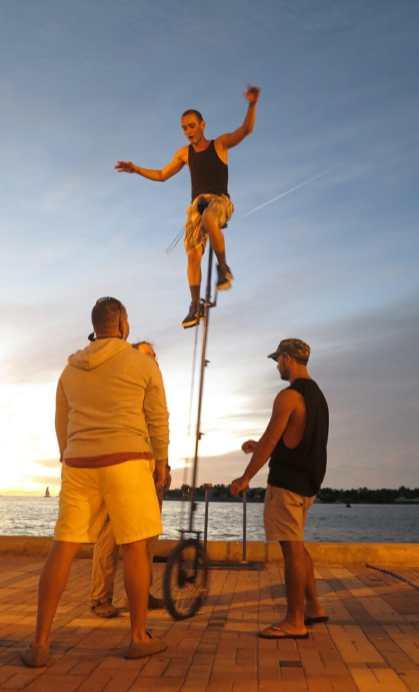 Mann auf Einrad im Sonnenuntergang