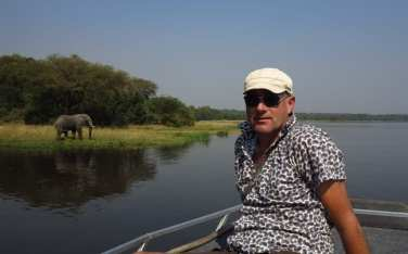 Michael Bussmann auf Safari in Uganda mit Elefant