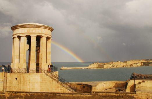 Tempelartiges Gebäude mit Blick aufs Meer und Regenbogen