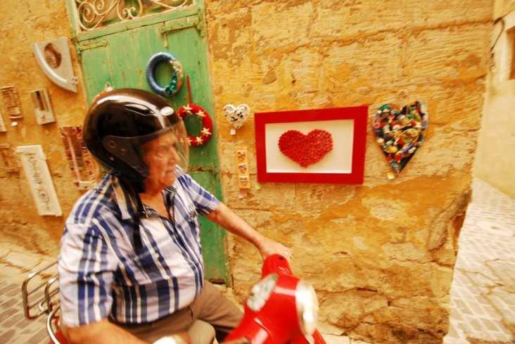 Mopedfahrer in der Altstadt von Victoria auf Gozo