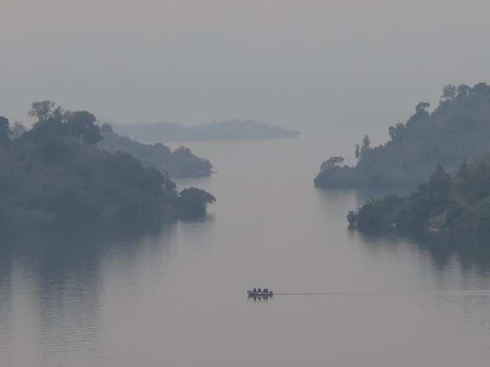 Vernebelter Lake Kivu in Ruanda