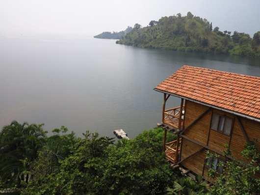 Holzgebäude an einem vernebelten See