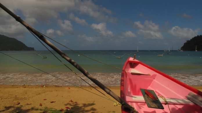 Pinkfarbenes Boot am Strand von Charlotteville auf Tobago