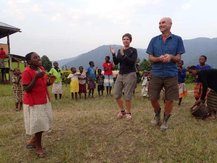 Tanzende Kinder im Bwindi National Park in Uganda