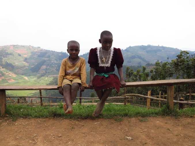 Afrikanische Kinder am Straßenrand