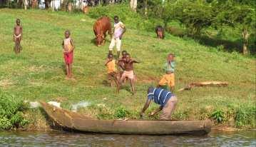 Afrikanische Kinder Boot Kühe