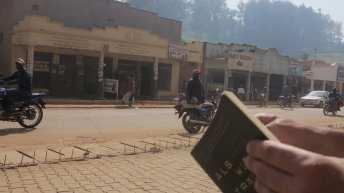 Tourist liest Buch am Straßenrand in Kabale in Uganda