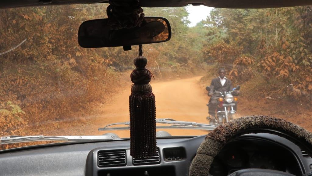 Straße in Afrika mit Mopedfahrer