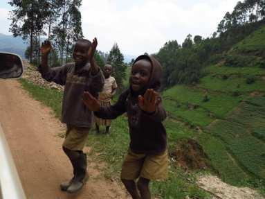 Winkende Kinder in Uganda